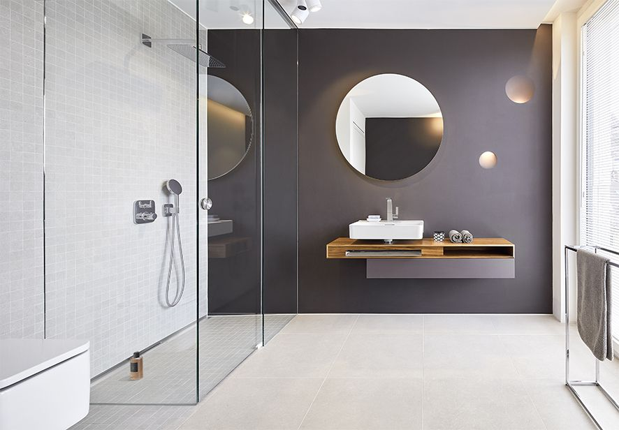 Harmony, peace and aesthetics: the bathrooms in the 115 apartments of the seven elegant city villas have a reserved elegance. Walls and floors were intentionally given the same tile colours; the tiled walls were always constructed at room height.