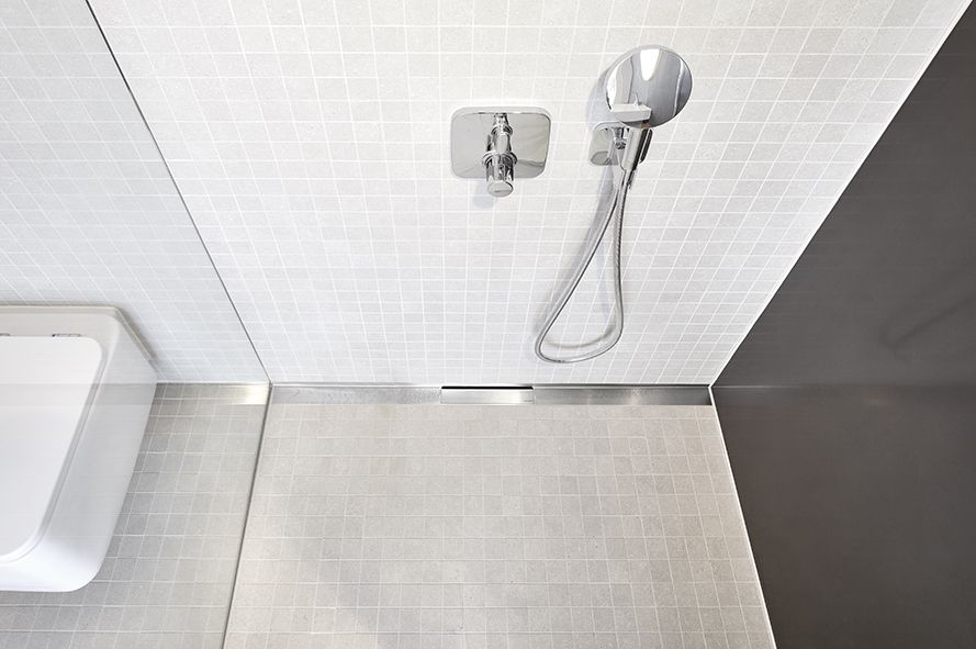 CeraWall Select is installed at the transition between wall and floor and leads the water centrally into the DallFlex drain body. The edging of the shower channel provides a safety advantage, because the joint is above the wet area.